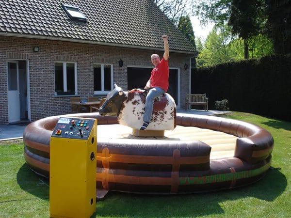 Rodeo bull springkasteel hindernisbaan